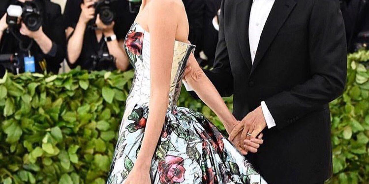 Amal Clooney Cu o rochie semnata Richard Quinn la Met Gala